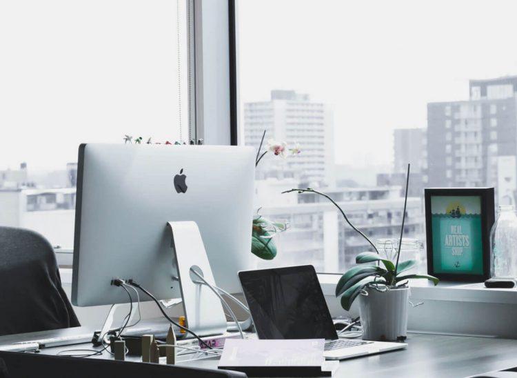Vista general de puestos de trabajo modernos en una oficina acristalada